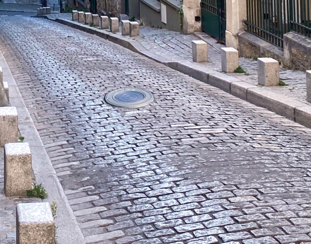 Borne rétractable dans une rue